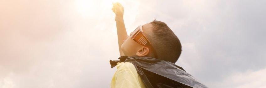 Niño pequeño con capa de superhéroe - Libros de héroes y heroínas de SM