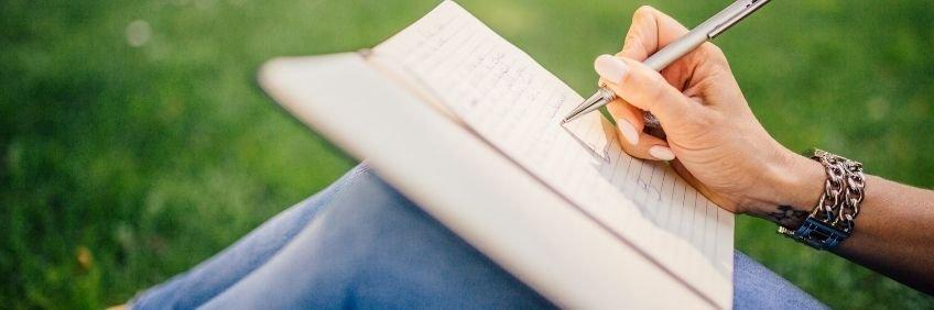 Mujer joven escribiendo en un cuaderno. Ideas y ejercicios para escribir de lo cotidiano
