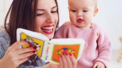 Un bebé leyendo con su madre un libro de tacto. 6 beneficios de los libros sensoriales para bebés